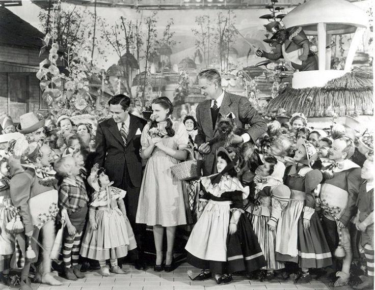 Le magicien d'Oz - Victor Fleming (à droite) en compagnie de Judy Garland et du producteur Mervyn LeRoy.