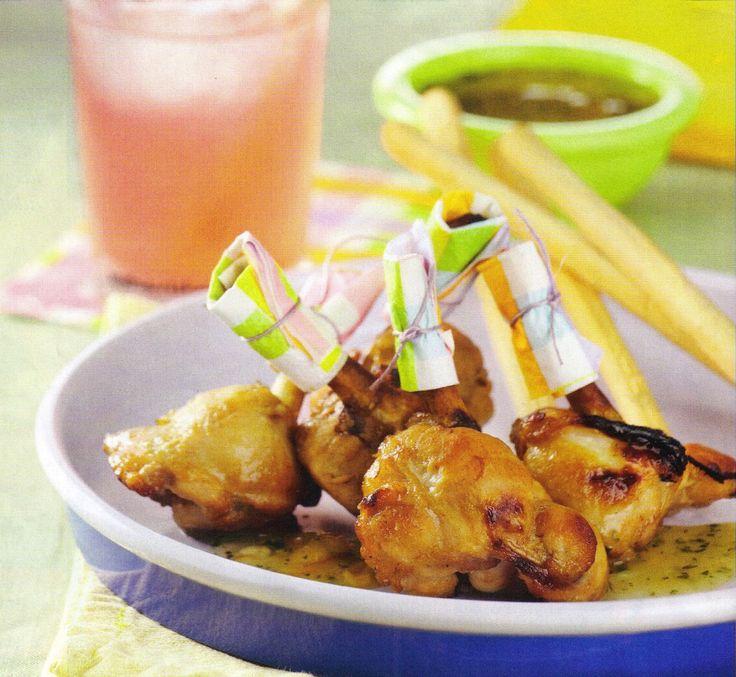 Colombinas de pollo son alitas de pollo rebozadas en harina y miga de pan rallada que se fríen y se sirven con salsa rosa, deliciosas.