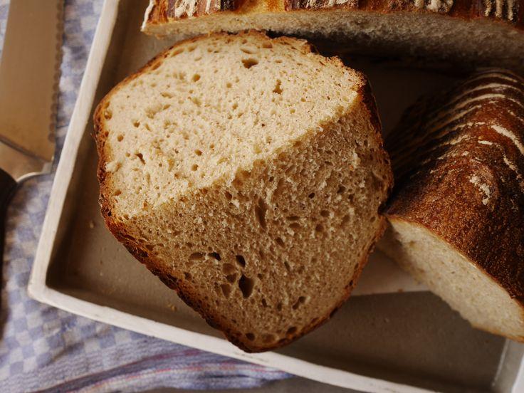 Das ist mein absolutes Rekord-Brot: gerade mal 3,5 Stunden vom Teig-Anrühren bis zum fertigen Brot. Heraus kommt ein wirklich ordentliches Mischbrot, das dank wenig Hefe erstaunlich lange frisch bl…