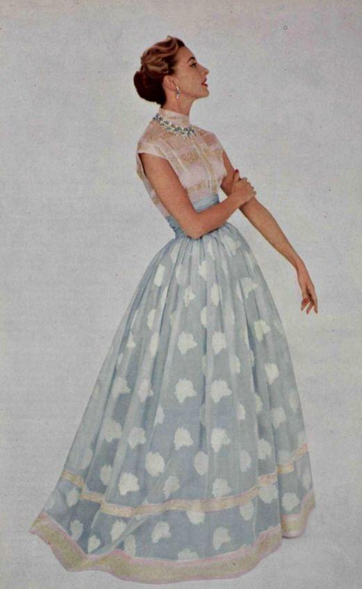1954 Balmain/Evoquant l'inde et ses fastes millénaires, cette robe est exécutée dans deux tissus , brochés d'or, sur un fond d'organdi de soie.