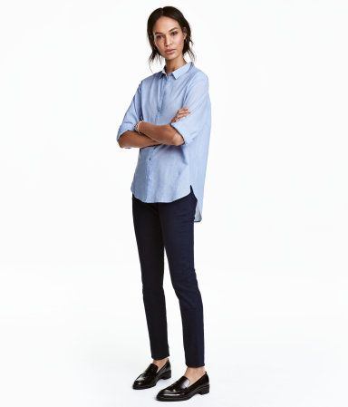 H&M   Ett par 5-ficksbyxor i superstretchig, tvättad twill. Byxorna har smala ben och normalhög midja.