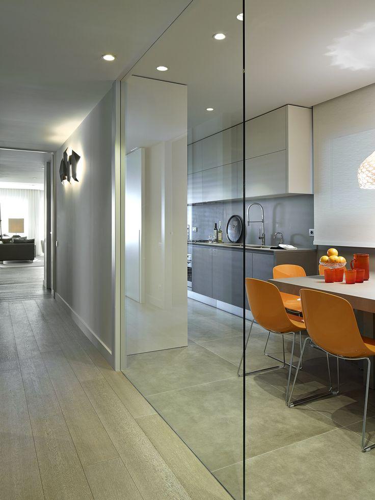 Molins Interiors // arquitectura interior - cocina - divisoria - acceso - puerta - vidrio - sillas - color - mobiliario