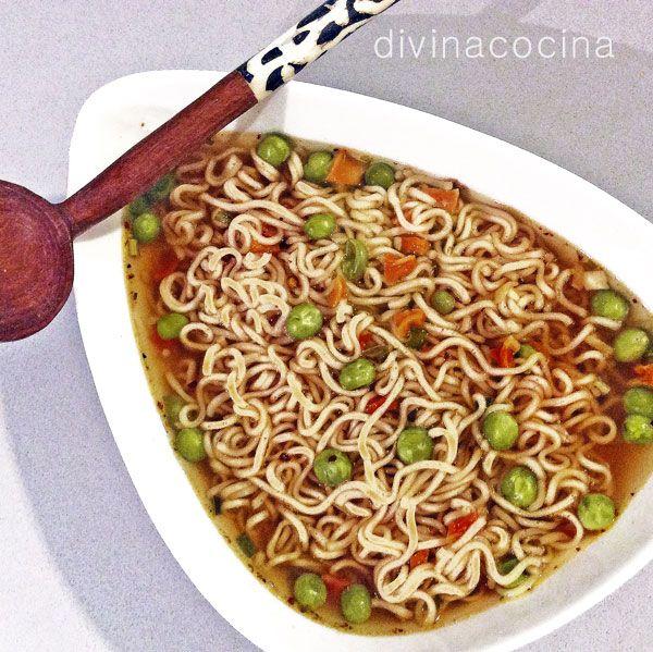 Esta sopa de fideos chinos está hecha a mi estilo, no responde a ninguna receta china, pero resulta buenísima y es rápida y fácil de preparar. Puedes añadir al sofrito setas shitake o champiñones, puerros o pimiento rojo. También se pueden saltear unas tiras finas de pechuga de pollo.