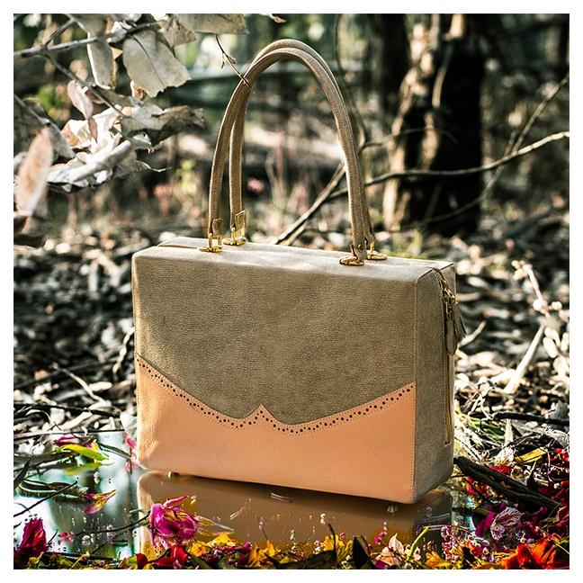 MATILDA la puedes usar como handbag o shoulder bag. Por su tamaño es perfecta para usar en cualquier momento ya que es muy amplia y cuenta con bolsillos internos, para poder llevar todo lo que necesitemos en el día a día. Hecha a mano, 100% cuero  En durazno y textura de puntos con tonalidades de gris.