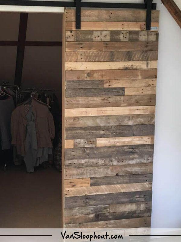 Robuuste en geleefde schuifdeur van sloophout! #barnwood #schuifdeur #sloophout #reclaimed #wood #boerderij #deur #landelijk #interieur #interieurinspiratie #wonen #woontrends #wooninspiratie