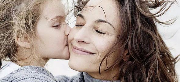Υπάρχουν τουλάχιστον 15 περιπτώσεις όπου η γυναικεία «σοφία» της μαμάς πρέπει να μεταδοθεί στην κόρη της! Αυτές είναι οι συμβουλές γένους θηλυκού που πρέπει να δώσετε στην κόρη σας!