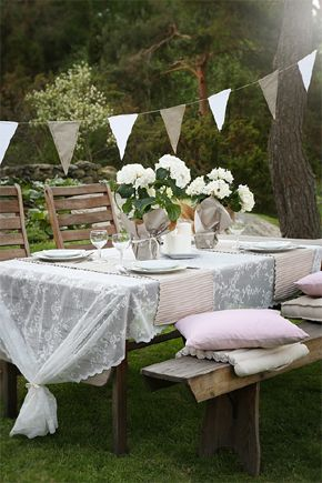 Arreglo de una mesa en el jardin: cortinas IKEA como mantel. Ver nota