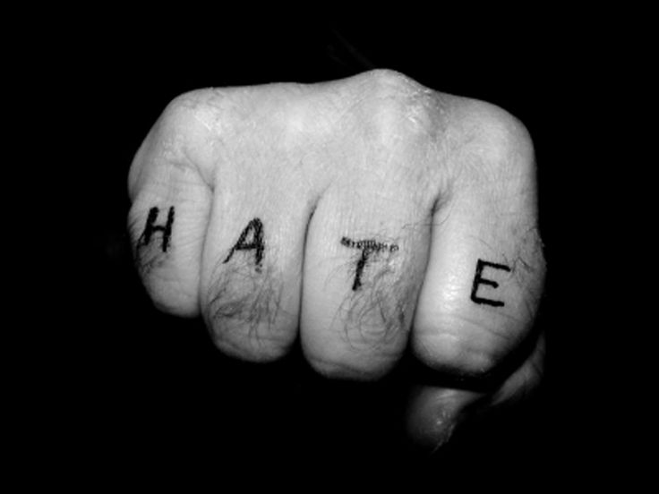 Dalle tastiere ai fatti, ecco come il linguaggio di una certa politica stereotipata arma l'odio - Roberto Schenone