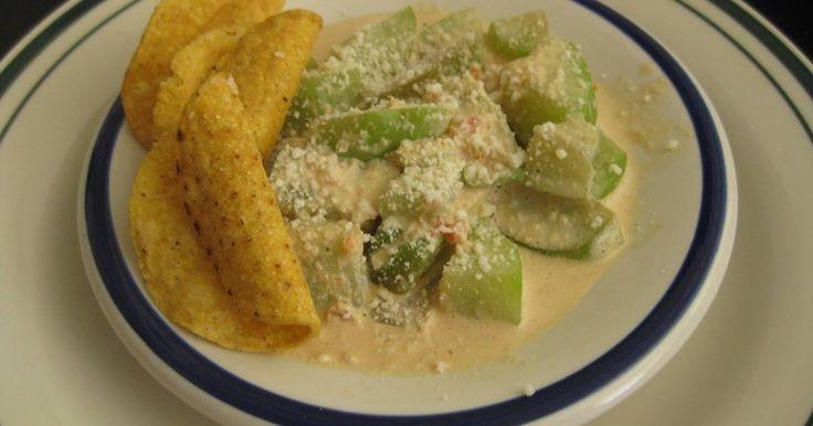 Fabulosa receta para Chayotes en crema. Chayotes fritos con cebolla, tomates y ajitos, se agrega la media crema para suavizar.