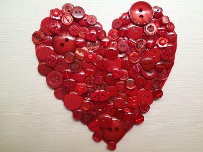Coraz n rojo hecho con distintos tipos de botones de - Cuadros con botones ...