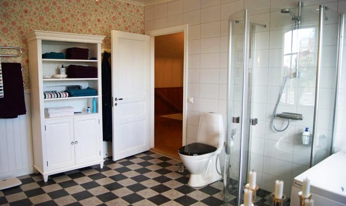 Fint vitt linneskåp passar bra i ett större badrum.