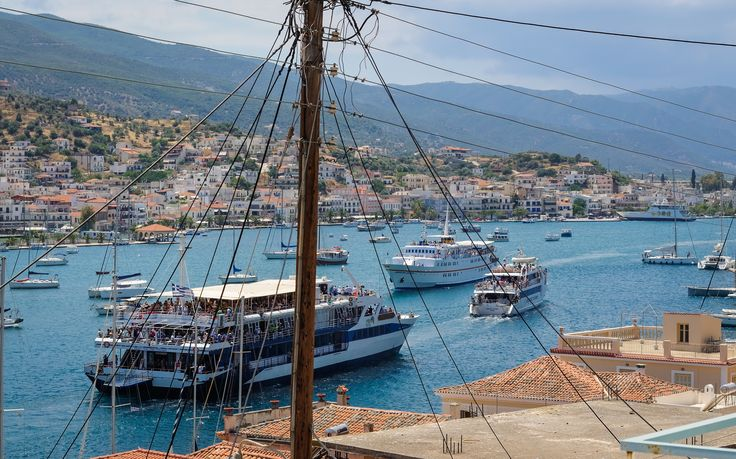 Midday traffic in Poros