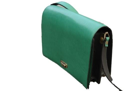 groene handtas uitgesneden met online tool http://clippingmagic.com