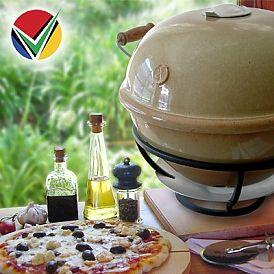 SA keramische pizza oven  Deze keramische pizza oven komt uit Zuid-Afrika, is eenvoudig in gebruik en tovert in een handomdraai een lekkere pizza op tafel. Opwarmen duurt slechts 30 minuten en daarbij kan hij een temperatuur bereiken van 320 graden. De oven werkt op houtskool en naast het gebruik als pizza oven kun je deze oven gebruiken als barbecue en als rookoven!  Deze keramische pizza oven is in twee kleuren te bestellen: bruin en zwart
