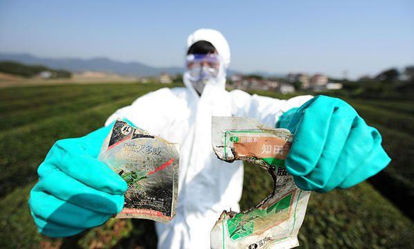 Pestizid-Fund auf dem Acker -   Industrielle Landwirtschaft beeinträchtigt die menschliche Gesundheit, vergiftet unsere Nahrung, unser Wasser, unsere Böden und treibt Landwirte in den Ruin.  Ohne ihre Agrargifte, so will es uns die Chemieindustrie glauben machen, wäre die moderne Nahrungsmittelproduktion nicht möglich. Doch die ökologische Landwirtschaft beweist: Pflanzenproduktion funktioniert auch ohne chemische Keule.