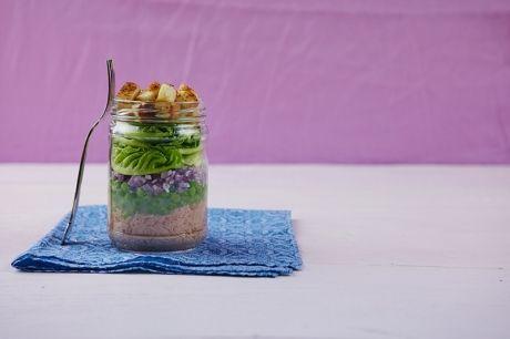 Salada de atum, ervilha e crouton no pote | Panelinha - Receitas que funcionam