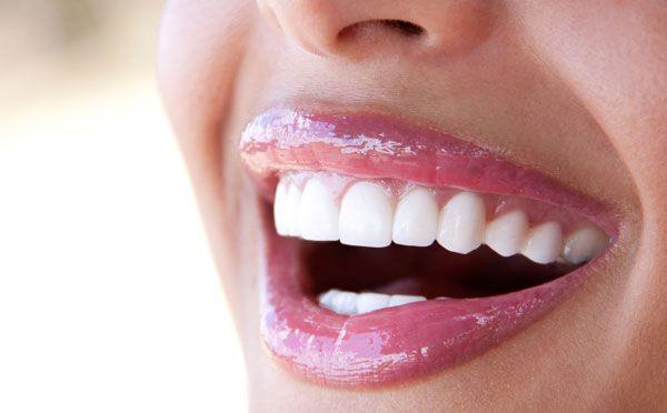Mostrare i denti è ormai un'azione quotidiana, ma come fare per averli bianchi ? Ecco le regole delle star su come sorridere e sulla lucentezza naturale.http://www.sfilate.it/217221/hollywood-smile-per-un-sorriso-bianco-e-brillante