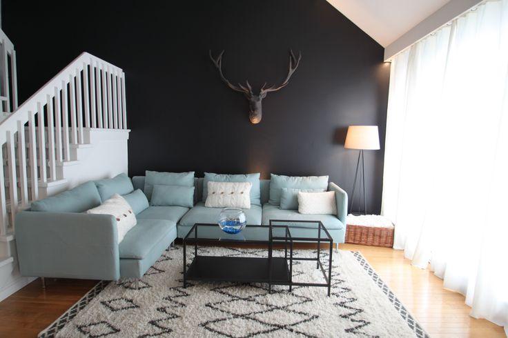 Chalet rustique chic, tête d'orignal, mur noir, sectionnel bleu poudre, mur de rideaux