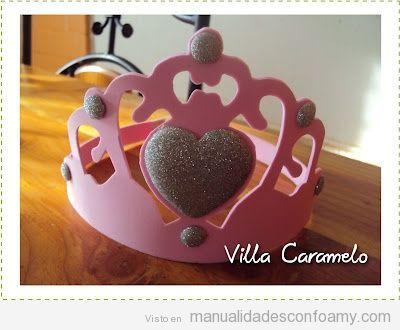 Corona tallada en goma eva para cumpleaños de niña
