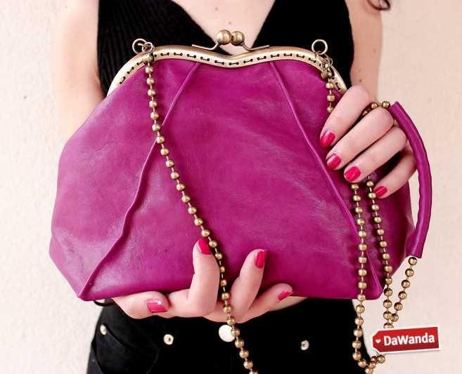 Stile vintage per una borsetta in pelle tutta da personalizzare http://it.dawanda.com/product/97690311-borsetta-in-pelle-rossa-stile-vintage-catenina