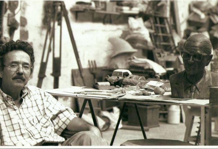 """Rafael Castaño es un artista, hacedor, filatelista y coleccionador paisa que entre """"cacharros"""" ha construido su universo en el taller heredado por su padre en la Avenida Carabobo hace más de 20 años.  Museo del Juguete, laboratorio de creación, corredor de sus vecinos y alojador de piezas… un mundo insospechado  detrás de las rejas de colores que adornan su fachada."""