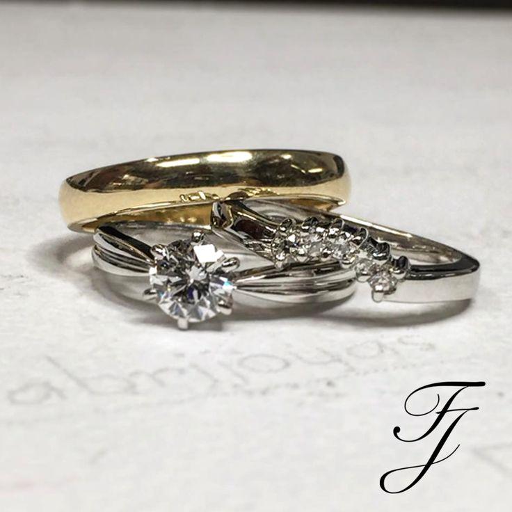¿Cómo la Argolla de Matrimonio queda con tu anillo de compromiso? Te recomendamos la elección de una argolla con un ancho similar al anillo de compromiso. Si el anillo de compromiso tiene una piedra central muy grande, entonces esto puede causar un hueco entre ella y la argolla, en cuyo caso vale la pena considerar una argolla con forma o que se entrelace con la piedra. También es posible que consideres un anillo de la eternidad.