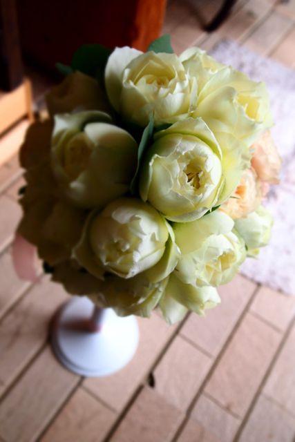 オールドローズを使ったウエデイングブーケまーるい薔薇が好きなご新婦様。ブルゴーニュとフェアビアンカというオールドローズを使ったウエディングブーケ。グリーン...
