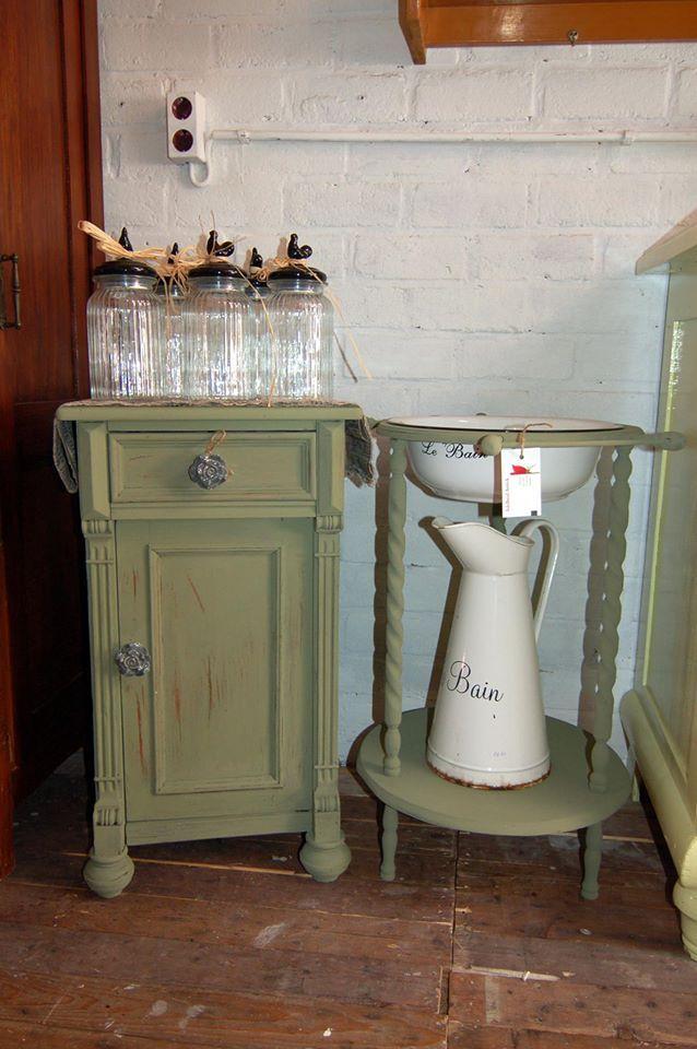 Nachtkastje en lampetstel houder geverfd in Olive Green van Borma Wachs krijtverf *in een keer dekkend!*