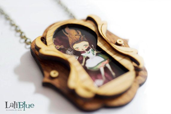 Alice in Wonderland  necklace. / Collar Alicia en el país de las maravillas. Natural Wood and paper diorama.