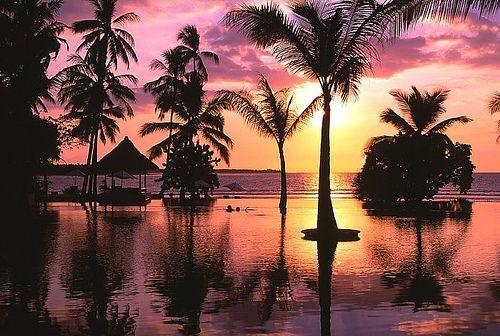 Coucher de soleil sur la piscine à débordement vue sur baie, à l'hôtel The Oberoi Lombok.