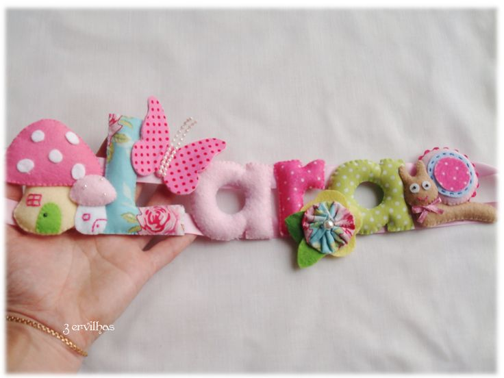 Nome Lara com caracol e cogumelos - em rosa e verde. {Felt name banner name for girl with snail and mushrooms - in pink and green.}