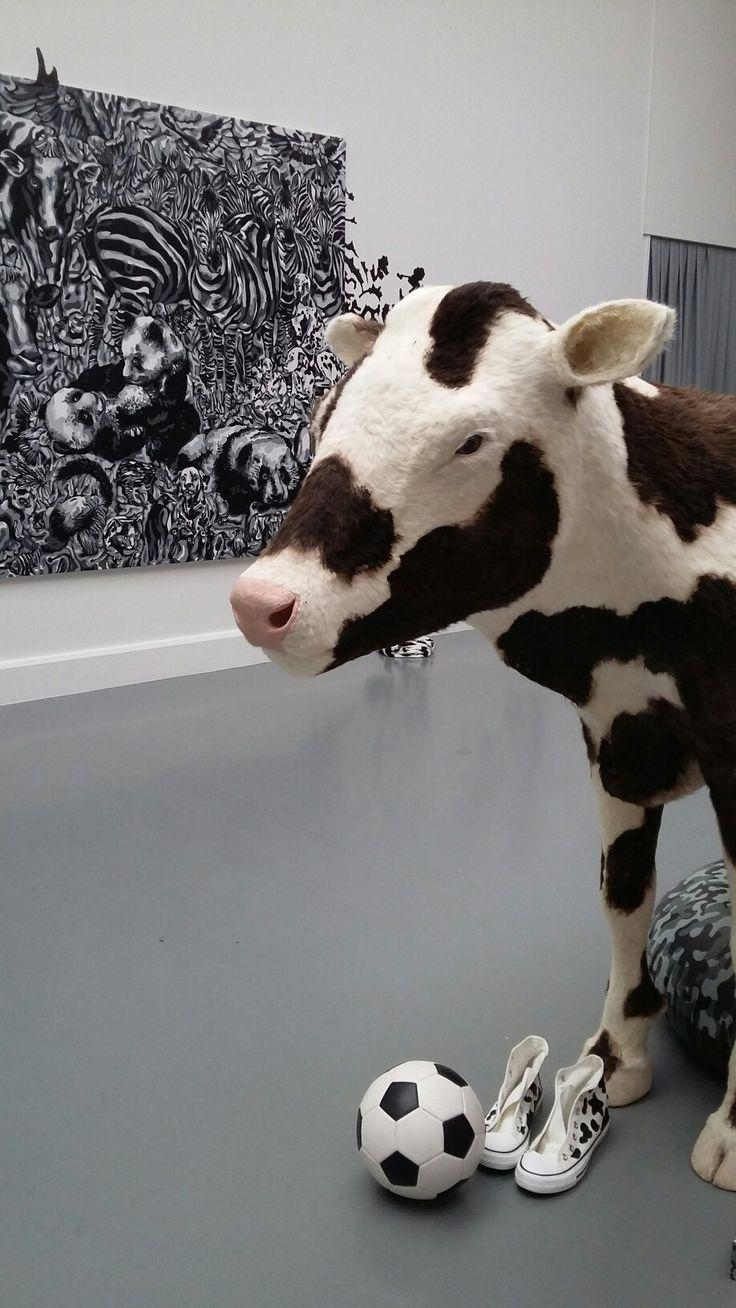Camouflagekoe in het van Abbemuseum Eindhoven