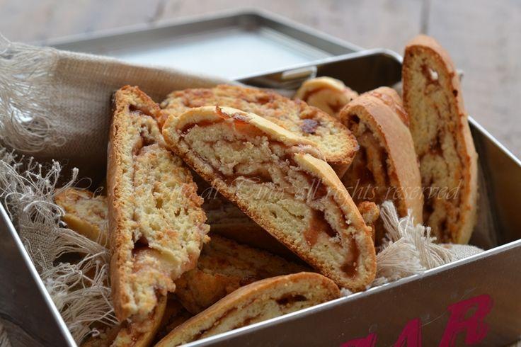 I tozzetti con marmellata sono dei biscotti arrotolati talmente buoni e friabili che si sciolgono in bocca