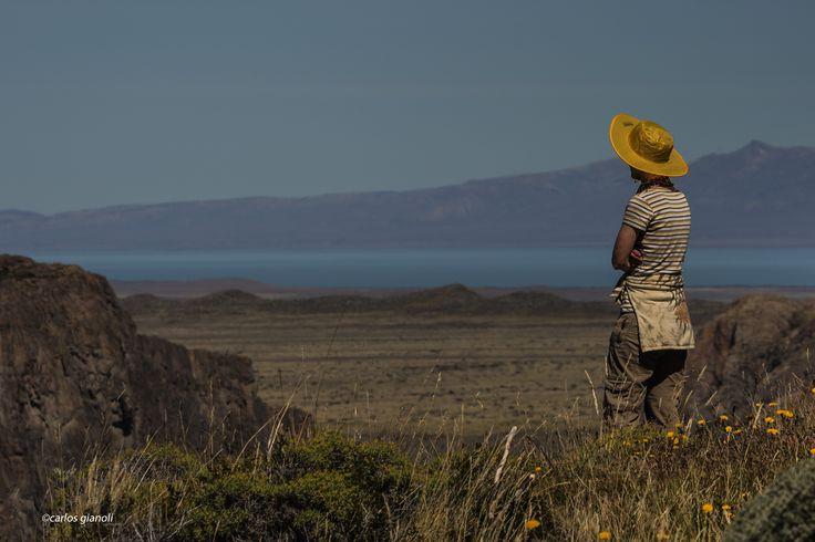 Paisaje y sombrero amarillo.
