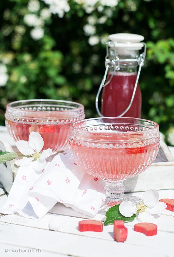 Rhabarbersirup Rezept   rhubarb syrup Perfekt um sein Wässerchen aufzupimpen. © monsieurmuffin.de