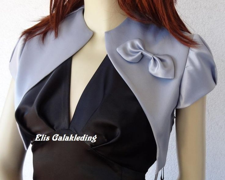 Gala bolero jasje van satijn.Met korte mouwen en sierlijke strikje.Past bij vele modellen avondjurken.Kleuren: wit, off white, zilver, rood, graniet, blauw... - € 41,95
