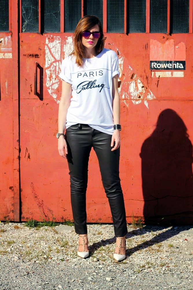 #Outfit: pantaloni in pelle e una t-shirt bianca stampata  #ootd #printedshirt #tshirt #whitetshirt #fashionblogger #rockstud #leatherpant #leather