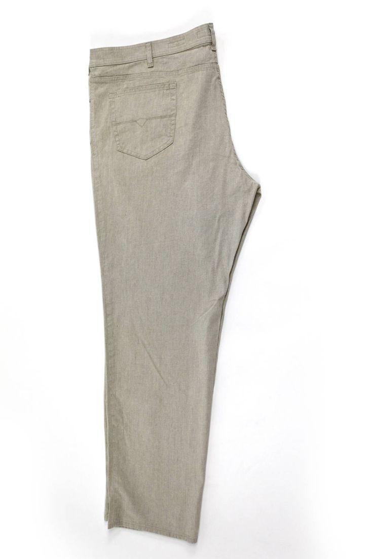 Lniane spodnie Pierre Cardin w jasnym odcieniu. Idealne na lato. Dla Panów o dużych rozmiarach. Dostępna rozmiarówka: 3XL, 4XL, 5XL, 6XL, 7XL, 8XL. Skład:60% len 38% bawełna 2% elastan.