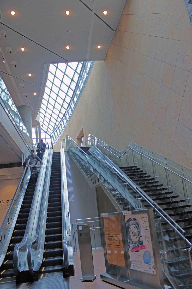 国立国際美術館 地下展示場を結ぶ吹き抜け階段、エスカレーター部分 光が差し込み地下とは思えない明るさ2014年4月20日撮影