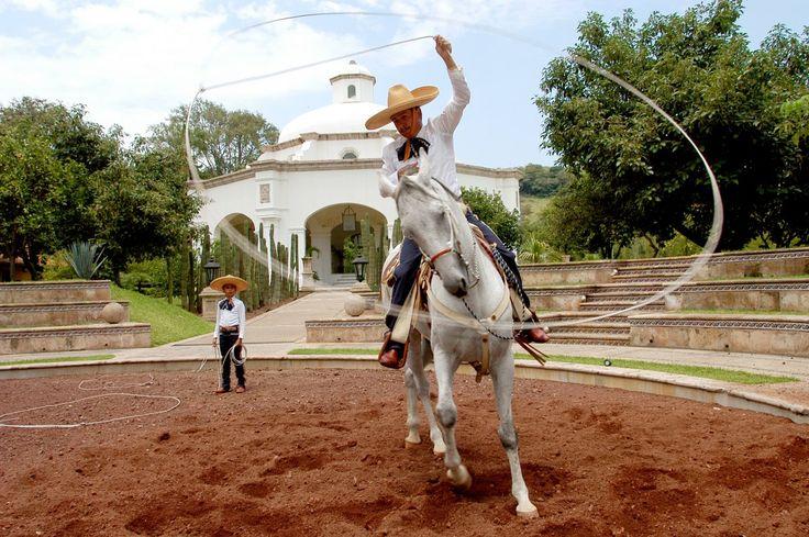 Charrería: El arte mexicano de hacer suertes montando un caballo