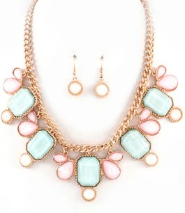 Somrigt halsband med stenar i ljusa pastellfärger | Luxury Details - Smycken