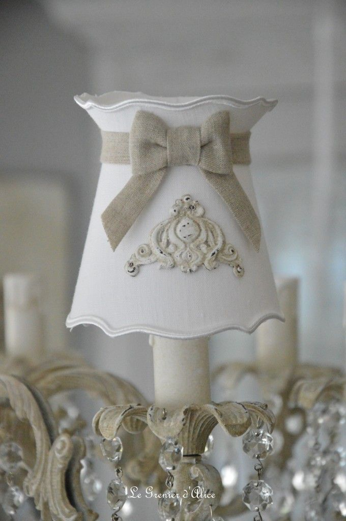 Abat jour shabby chic romantique forme gustavien à collerette en lin blanc lin naturel ornement résine patine lin romantic and shabby lampshade 1