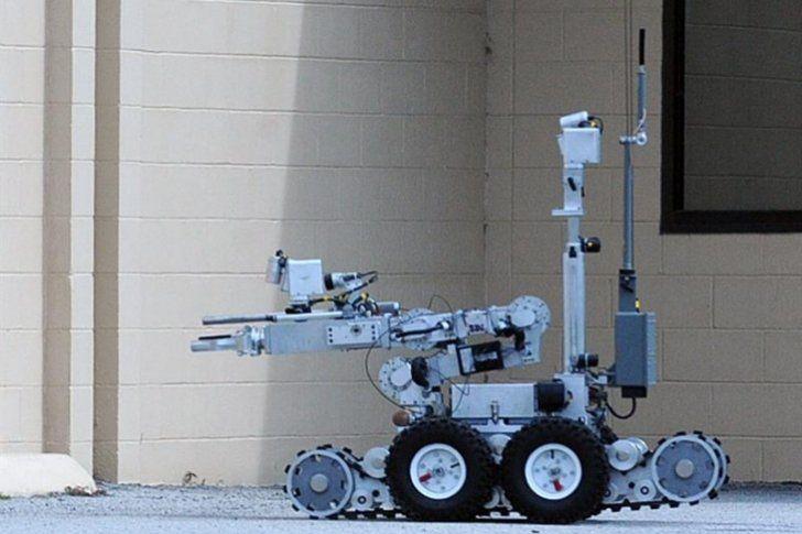 La Policía de Dallas (Texas, EEUU) recurrió de forma insólita a un robot con una bomba adosada, un instrumento hasta ahora únicamente utilizado en zonas de guerra, para acabar con la vida del autor de la matanza de cinco agentes</p>