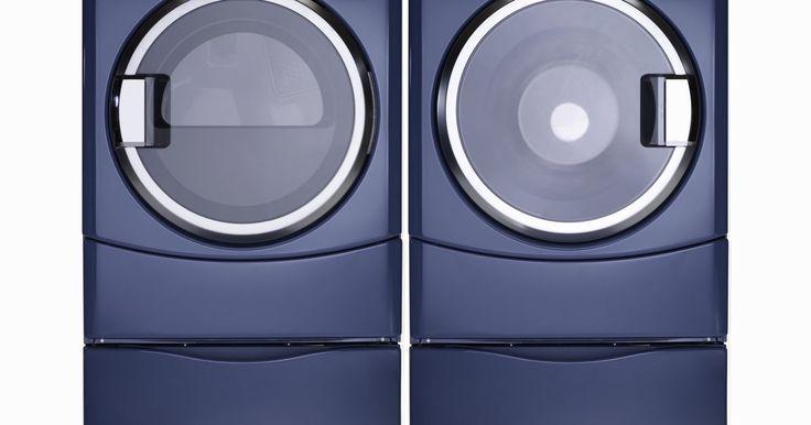 A saída de água da máquina de lavar entupiu. Não é nada fora do comum que a saída de água ou o tubo de drenagem de sua máquina de lavar entupam. Um entupimento é normal e infelizmente às vezes parte da experiencia de se ter uma máquina de lavar usada regularmente. Uma peça de roupa ou sujeira pode entrar na saída e bloquear a água de sair da área de lavagem. Desafortunadamente, até que você ...
