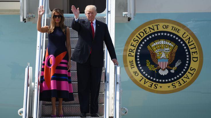 """Betogers hebben op de G20-top in Hamburg de Amerikaanse First Lady Melania Trump verhinderd om deel te nemen aan het programma voor de echtgenoten en echtgenotes van de wereldleiders. """"Wij hebben van de politie nog geen veiligheidsupdate ontvangen dat we onze residentie mogen verlaten"""", zo verklaarde een woordvoerster van de echtgenote van president Donald Trump aan het Duitse persbureau dpa."""