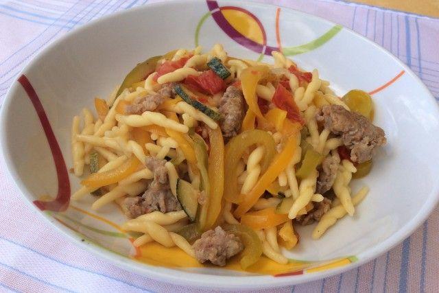 Le trofie con peperoni, zucchina e salsiccia sono un primo piatto pieno di colori e di sfumature di sapore che lo rendono davvero completo. Ecco la ricetta