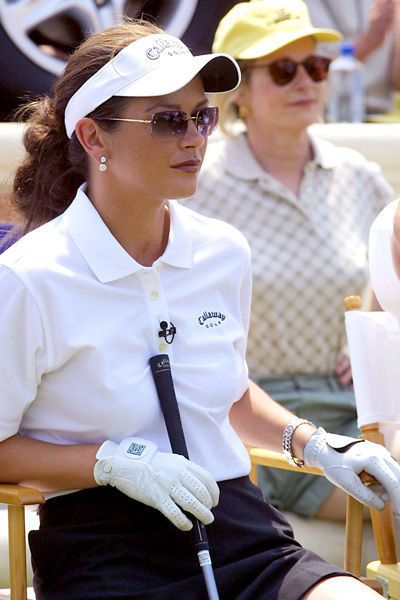 Catherine Zeta-Jones avec une casquette de golf en 2002 - Catherine Zeta-Jones, la femme fatale rangée - L'EXPRESS