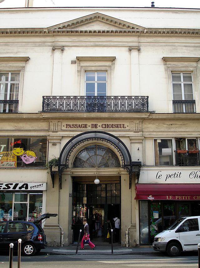 Le PASSAGE DE CHOISEUL, plus simplement nommé le passage Choiseul, est un passage couvert parisien situé dans le IIe arrondissement, entre la rue des Petits-Champs au sud et la rue Saint-Augustin au nord. FRANCE , Ce passage forme le prolongement de la rue de Choiseul,le passage est le plus long des passages couverts parisiens avec une longueur de 190 m,Date de création: 1825 – 1827,......SOURCE WIKIPEDIA.ORG.......ENTRÉE AU 23 RUE SAINT - AUGUSTIN...........