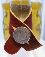 Masskrugmarkierung mit #Herz: das Hirschbandl aus rotem Hirschleder mit Herzknopf