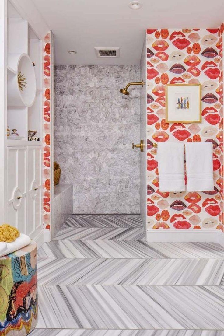 douche italienne rétro aspect laiton et sol en marbre à chevrons